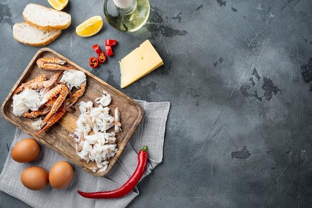 Ингредиенты омлета с перцем, крабовым мясом, яйцом, сыром, на сером фоне, плоская планировка, вид сверху, с пространством для текста и пространством для текста
