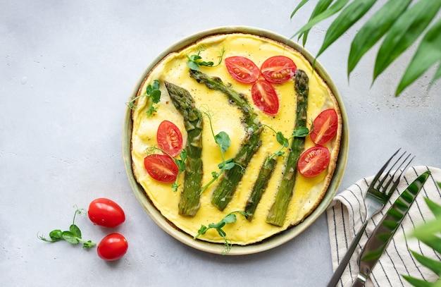 Омлет со спаржей, помидорами и микрозеленью зеленого горошка здоровое питание