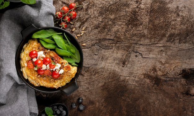 Омлет с сыром и помидорами копией пространства