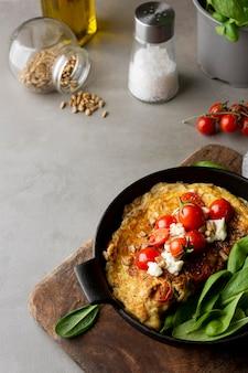 Frittata con formaggio e pomodori