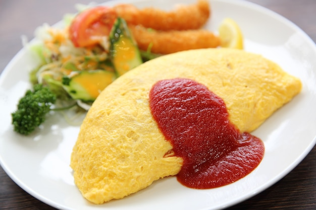 チャーハンと海老の天ぷらのオムレツ日本食