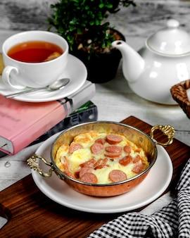 Омлет с колбасой и черным чаем