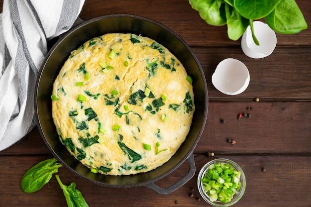 Омлет со шпинатом, зеленым луком и сыром фета на сковороде кастирон