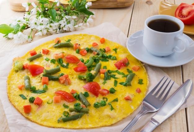나무 배경에 야채와 coffe 한잔 오믈렛. 아침 식사