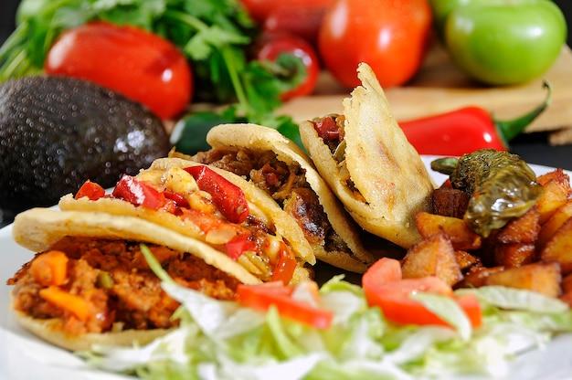 Омлеты, фаршированные тушеным мясом, с салатом и картофелем фри