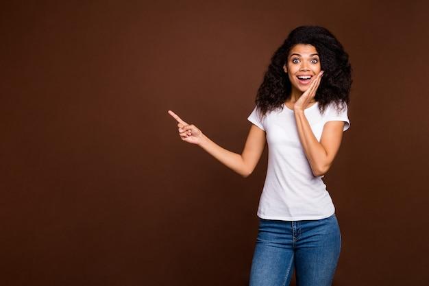 Omg 블랙 프라이데이 할인! 복사 공간을 가리키는 펑키 감동 소녀 발기인, 흰색 티셔츠 데님 청바지를 착용하십시오.
