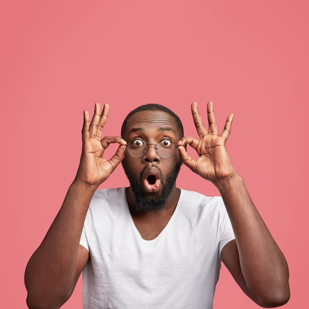 Omg концепция. афро-американский мужчина смотрит в камеру с удивлением