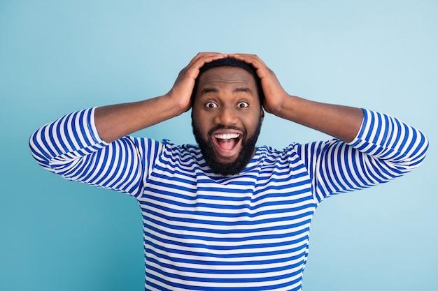 信じられないほどです!驚いたクレイジーファンキーなアフロアメリカ人男性は信じられないほどの予想外の目新しさを印象づけたタッチ手頭悲鳴を着る航海ベストフロック孤立した青い色の壁