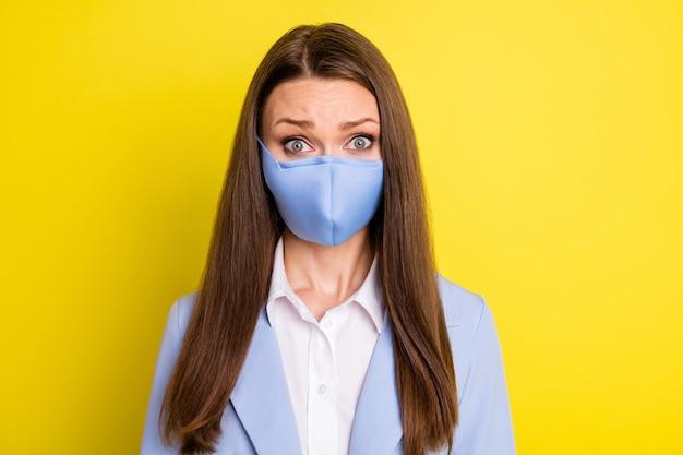 옴 검역 코로나가 연장됩니다. 놀란 에이전트 은행원 칼라 소녀는 밝은 광택 배경 위에 격리된 호흡 마스크 파란색 정장 블레이저를 착용하는 끔찍한 작업 소식을 듣습니다.