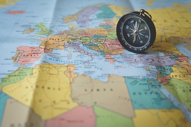 Ompass на туристической карте. сосредоточьтесь на стрелке компаса