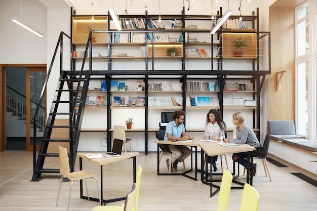 ビジネスパートナーのグループ会社の利益を議論する会議、研究を行う、ompetieoursを通して見るラップトップ上で動作します。ビジネス、チームワークの概念