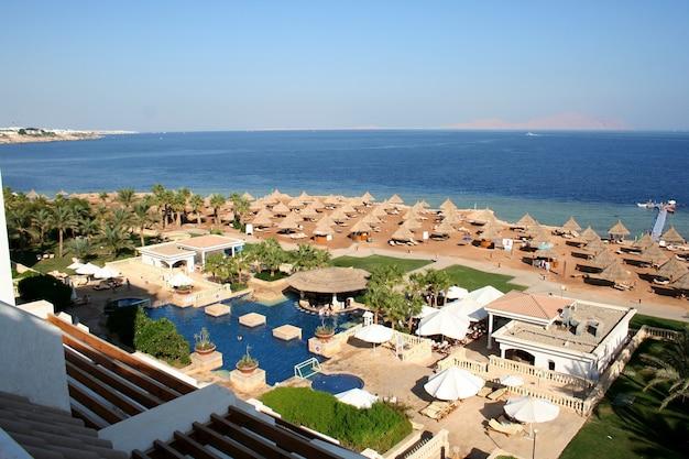 На пляже отеля в египте на красном море