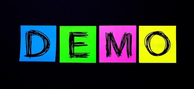 На черной поверхности яркие разноцветные наклейки с надписью demo. иллюстрация.