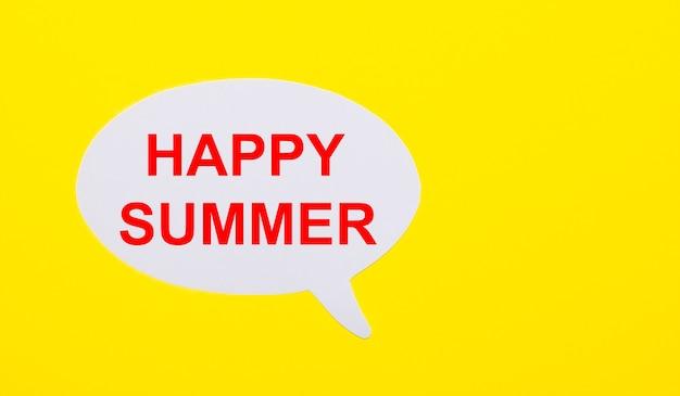 На ярко-желтом фоне белая бумага с надписью happy summer.