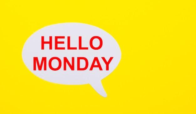 На ярко-желтом фоне белая бумага с надписью hello monday.