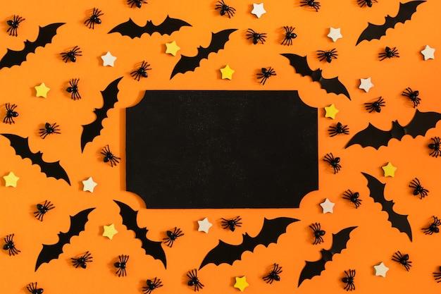 鮮やかなオレンジ色の表面には、多くの装飾用のクモ、コウモリ、小さな星が配置されています。