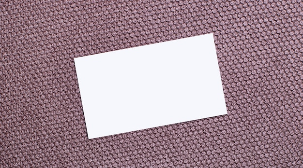 茶色の背景に、テキストを挿入する場所のある白い長方形の空白のカード。テンプレート