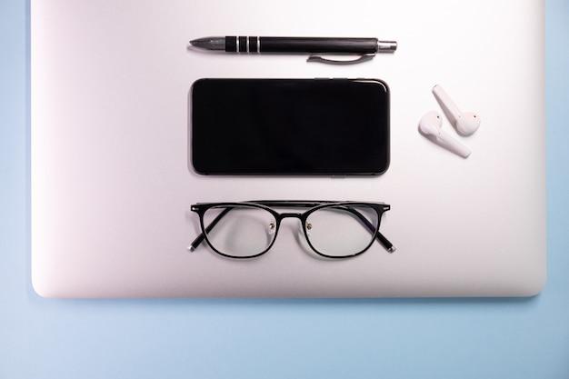 컬러 배경, 노트북, 안경, 펜, 헤드폰, 평면도. 비즈니스 개념.