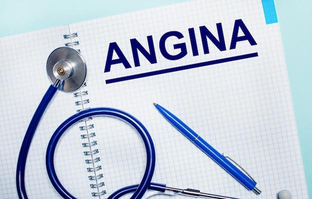 어두운 표면에는 여러 가지 색의 알약과 나무 블록에 angina라는 단어가 있습니다. 의료 개념