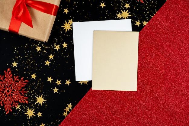 お祝いの赤黒の新年の背景には、グリーティングカードとギフト