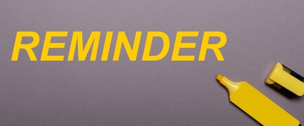 灰色の背景に、黄色のマーカーと黄色の碑文リマインダー