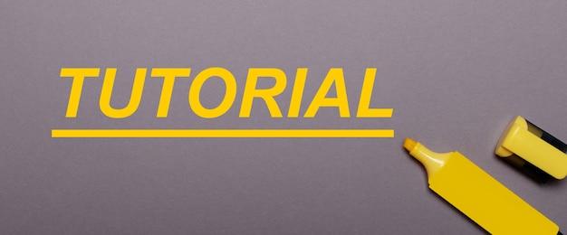 灰色の背景、黄色のマーカー、黄色の碑文チュートリアル
