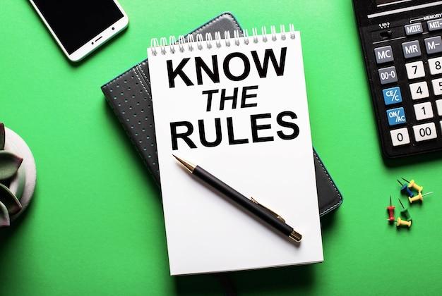 녹색 표면에-전화, 계산기 및 비문이있는 일기가 규칙을 알고 있습니다.