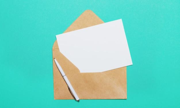 녹색 벽에-열린 공예 봉투와 빈 카드