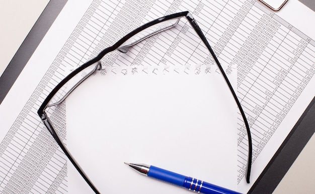 明るい背景に、レポート、黒いフレームのメガネ、ペン、テキストを挿入する場所のある紙。レンプレート。ビジネスコンセプト
