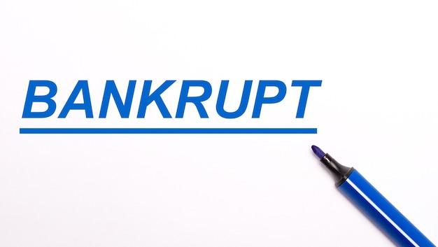 明るい背景に、開いた青いフェルトペンとテキストbankrupt