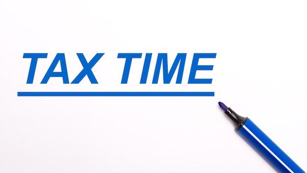 На светлом фоне раскрытый синий фломастер и текст налоговое время.