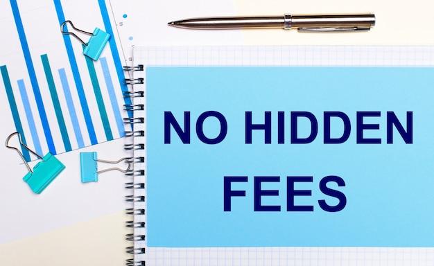 На светлом фоне - голубые схемы, скрепки и лист бумаги с текстом без скрытых платежей. вид сверху. бизнес-концепция