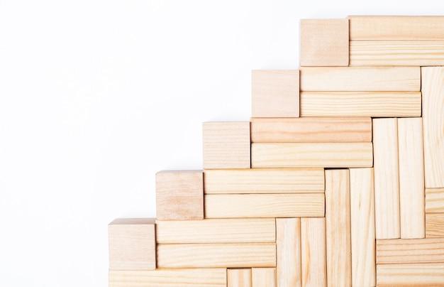 明るい背景に、テキストを挿入する場所のある木製のブロックとキューブ。テンプレート