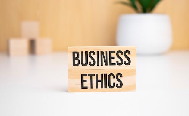 밝은 배경에 나무 큐브와 ethics라는 텍스트가 있는 나무 블록. 위에서 보기