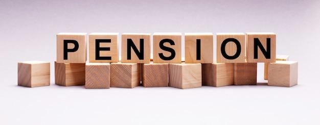 На светлом фоне деревянные кубики с надписью пенсия.