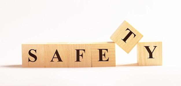 明るい背景に、safetyというテキストが付いた木製の立方体