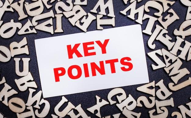 밝은 배경에 영어 알파벳의 나무 글자와 key points라는 단어가 들어있는 흰색 카드