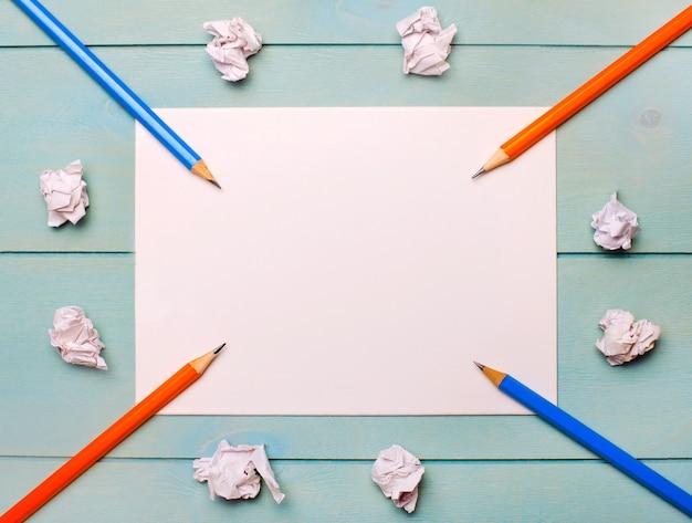 水色の背景に、黒とオレンジの鉛筆、白いしわくちゃの紙、テキストやイラストを挿入するスペースのある白紙の白紙。レンプレート