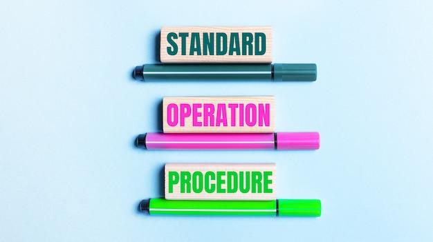 На голубом фоне изображены три разноцветных фломастера и деревянные блоки со стандартной порядок работы.