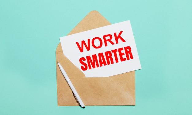 밝은 파란색 표면에는 열린 공예 봉투, 흰색 펜 및 work smarter라는 텍스트가있는 흰색 종이가 놓여 있습니다.