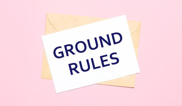 밝은 분홍색 배경에 공예 봉투. ground rules라고 적힌 흰 종이가 있습니다.