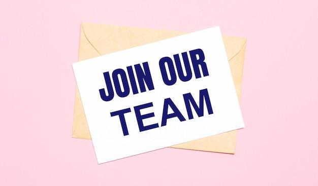 На светло-розовом фоне - крафтовый конверт. на белом листе бумаги написано присоединяйтесь к нашей команде.