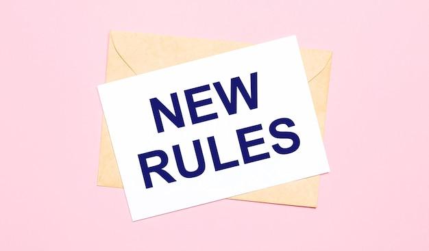 На светло-розовом фоне - крафтовый конверт. на белом листе бумаги написано новые правила.
