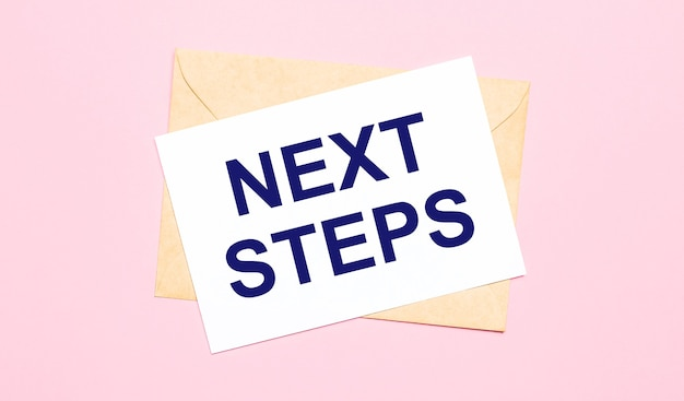 На светло-розовом фоне - крафтовый конверт. на белом листе бумаги написано следующие действия.