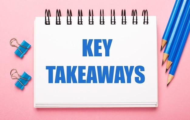 淡いピンクの背景に、水色の鉛筆、ペーパークリップ、白いノートに「重要なポイント」というテキストが表示されます。