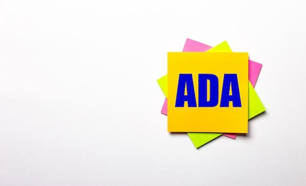 밝은 표면에 ada americans with disabilities act라는 텍스트가있는 밝은 다색 스티커. 공간 복사