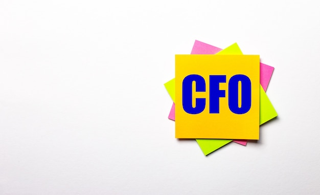 На светлой поверхности яркие разноцветные наклейки с текстом «финансовый директор». скопируйте пространство.