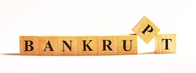На светлой поверхности деревянные кубики с надписью bankrupt.