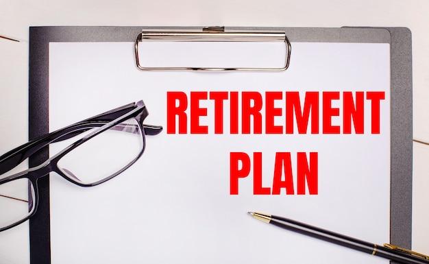 На светлом деревянном фоне очки, ручка и лист бумаги с текстом план отпуска. бизнес-концепция