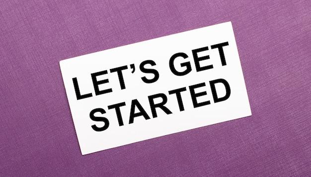 라일락 배경에 'let is get started'라는 단어가있는 흰색 카드